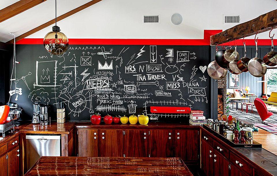 Кухня с черно-белыми стенами