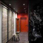 Красная стена в черном интерьере