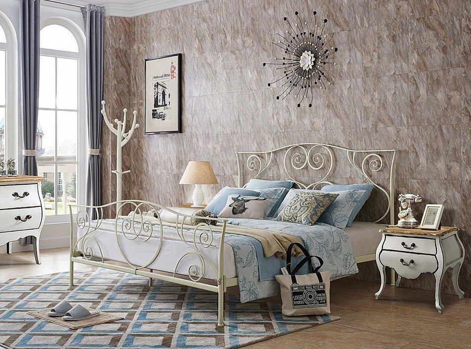 Белая металлическая кровать