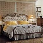 Кованая кровать с мягким изголовьем