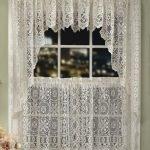 Винтажные занавески на окне