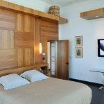 Спальня с телевизором на стене
