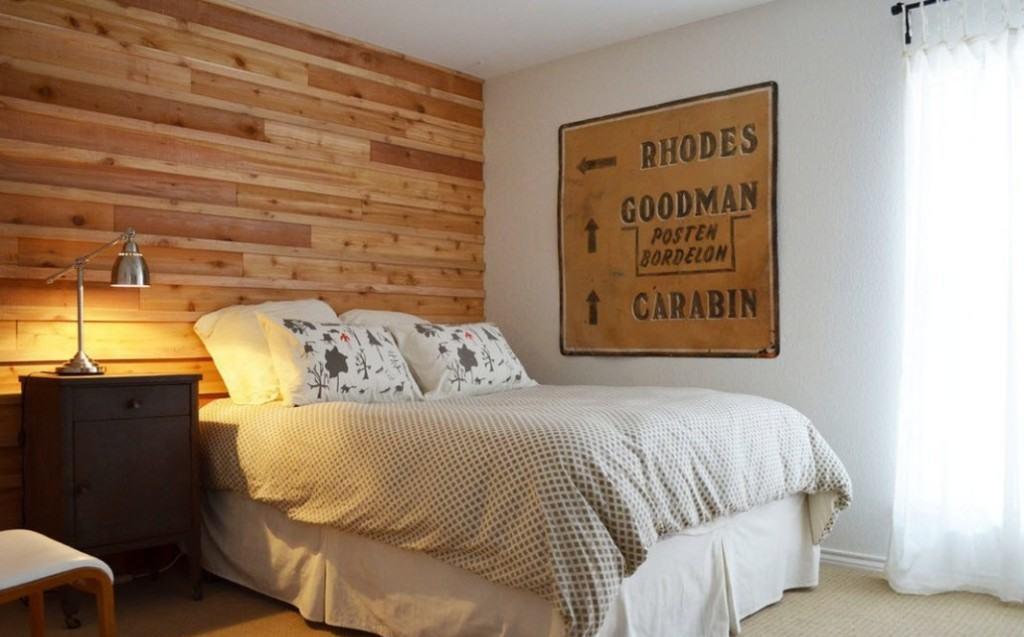 Плакат на стене в спальне