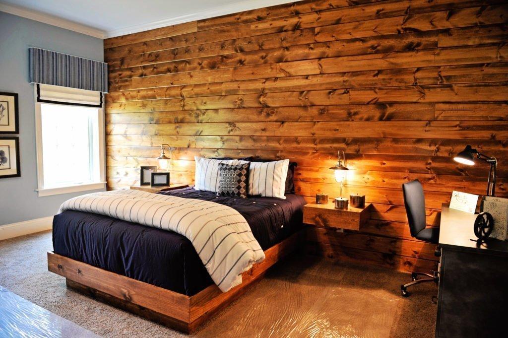 Интерьер спальни с обоями под дерево