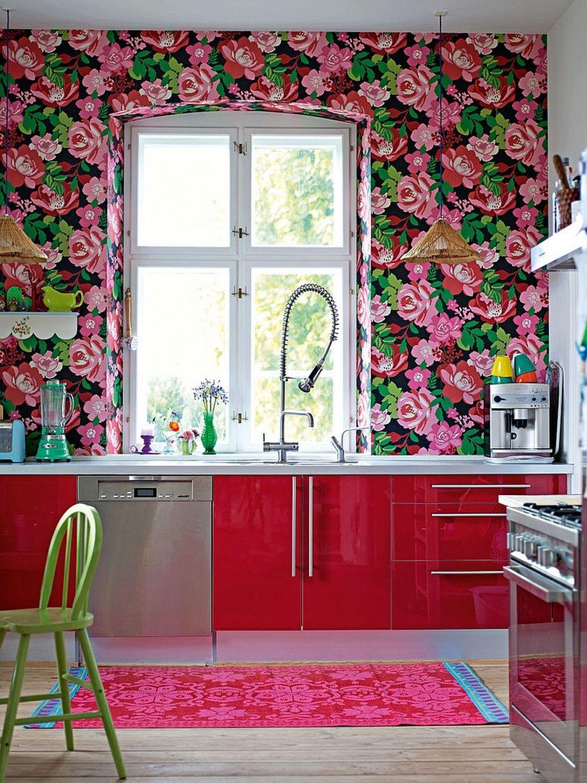Обои в цветы в интерьере кухни фото