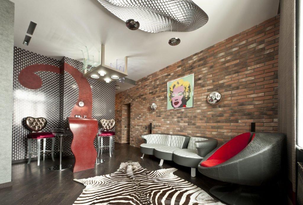 Стена с обоями под кирпич в интерьере в стиле поп-арт