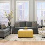 Сочетание желтого столика и серой мебели