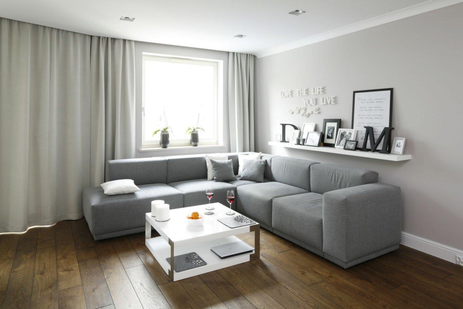 Серый диван с обивкой из ткани в интерьере