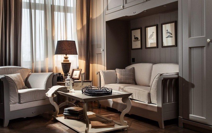 Серый диван в гостиной в стиле кантри