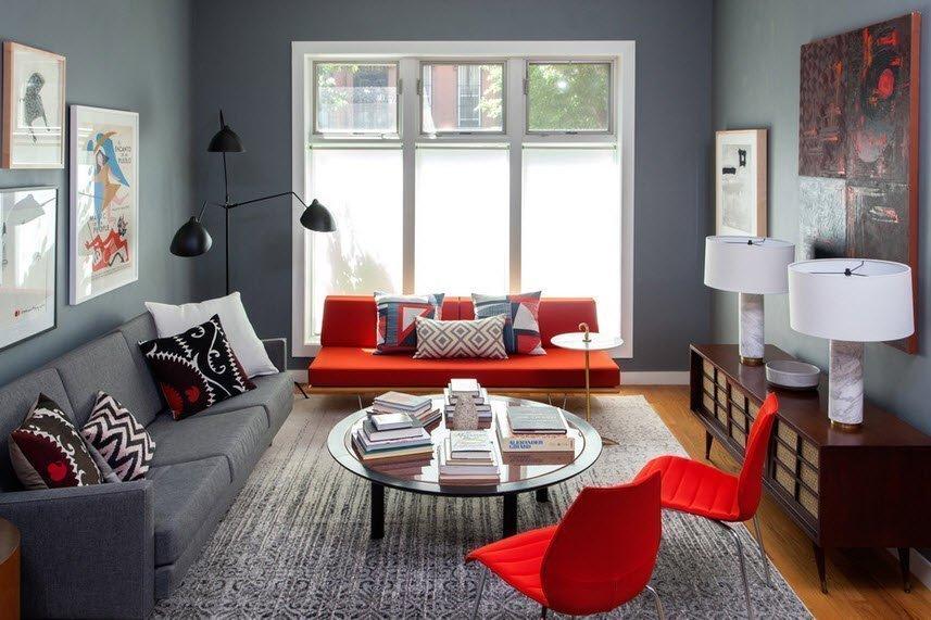 Яркие пятна в интерьере с серым диваном