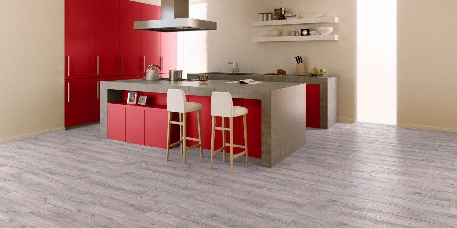 Сочетание серого пола, бежевых стен и красной мебели на кухне
