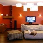 Сочетание синих и оранжевых стен в комнате
