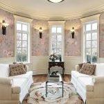 Светильники на стенах между окнами