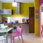 Кухня с фиолетово-желтыми стенами