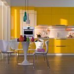 Белые столик и стулья на кухне