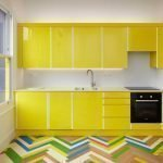Цветной паркет на кухне