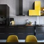 Желтый шкафчик на бетонной стене