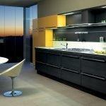 Сочетание черно-желтой мебели и белого фартука