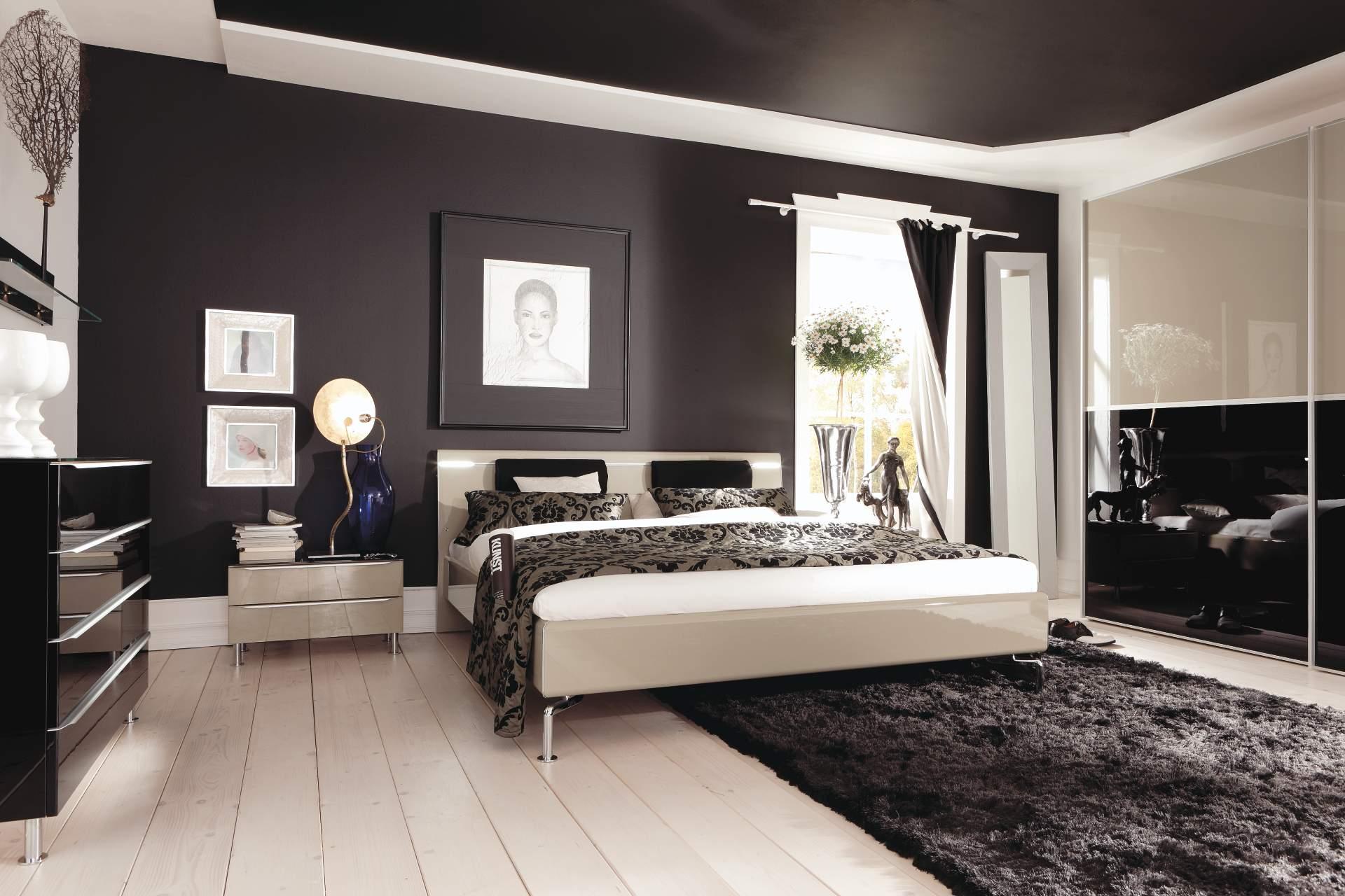 Черный потолок и стены в спальне