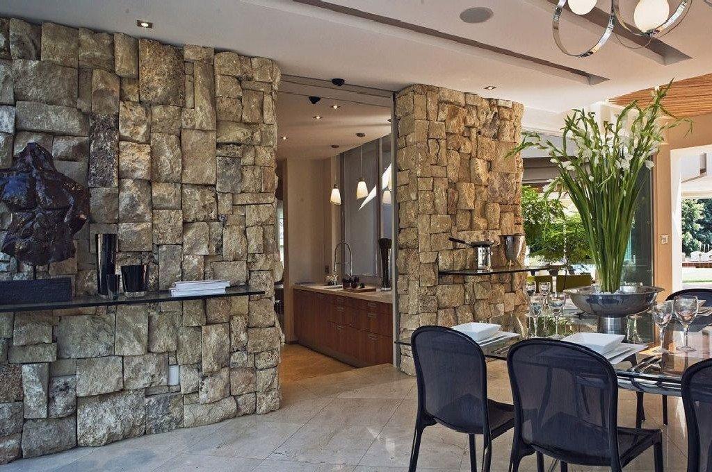 Натуральный камень на стене в интерьере