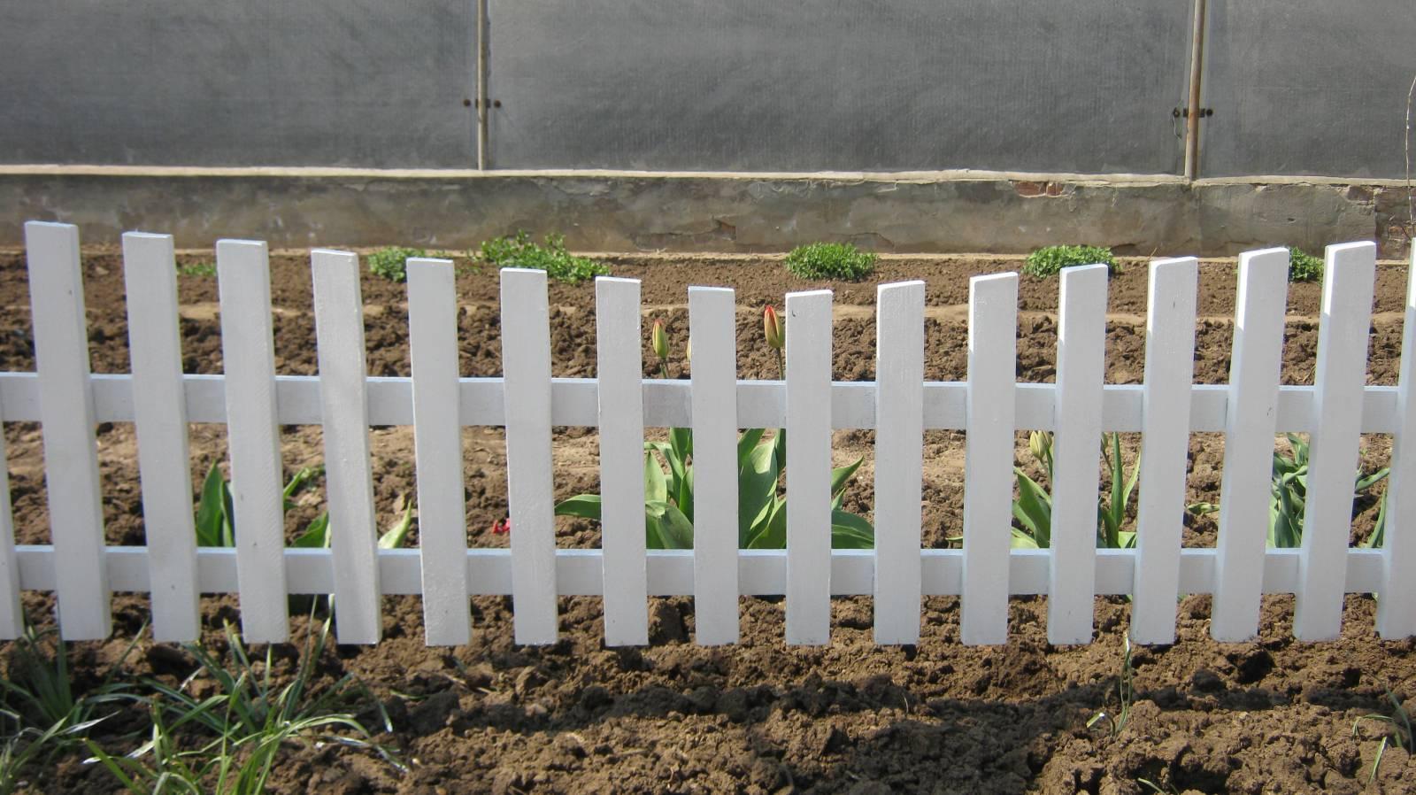 Декоративный забор из дерева на участке