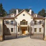Забор с кованными воротами