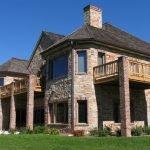 Дом с балконами на колоннах