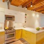 Потолок из дерева на кухне
