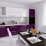 Кухонная мебель с бело-фиолетовым фасадом