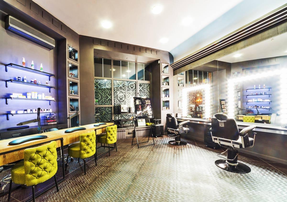 Просторный зал в парикмахерской