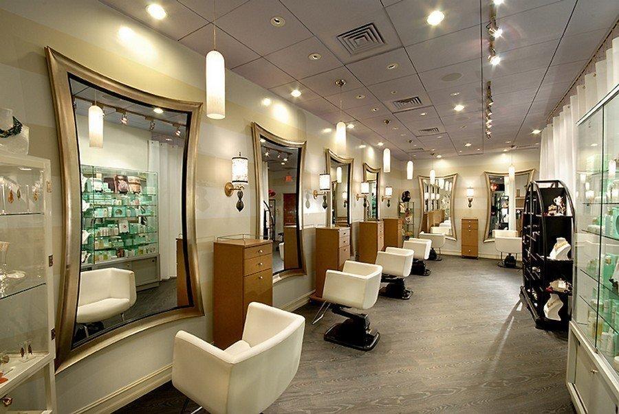 Просторная парикмахерская