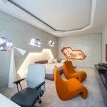 Оранжевые кресла в светлом интерьере