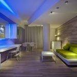Ламинат на полу и стене в интерьере