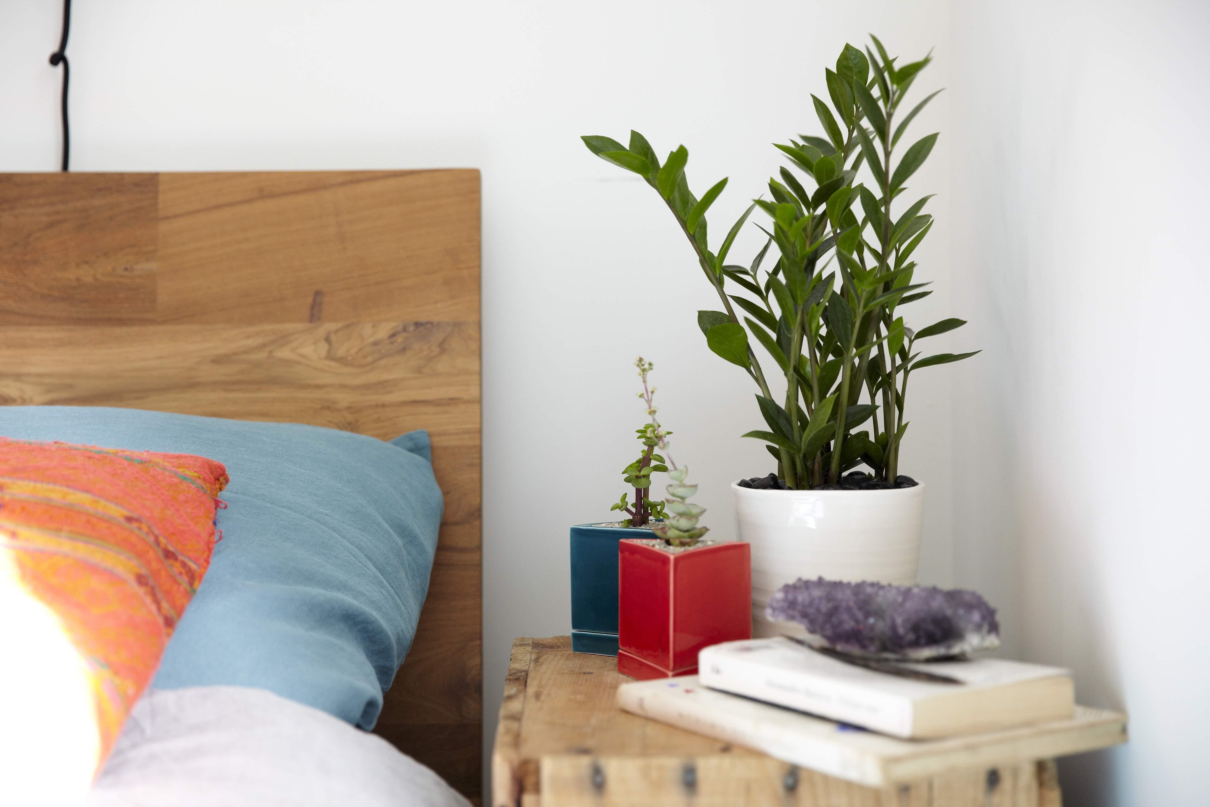Декоративный цветок в спальне