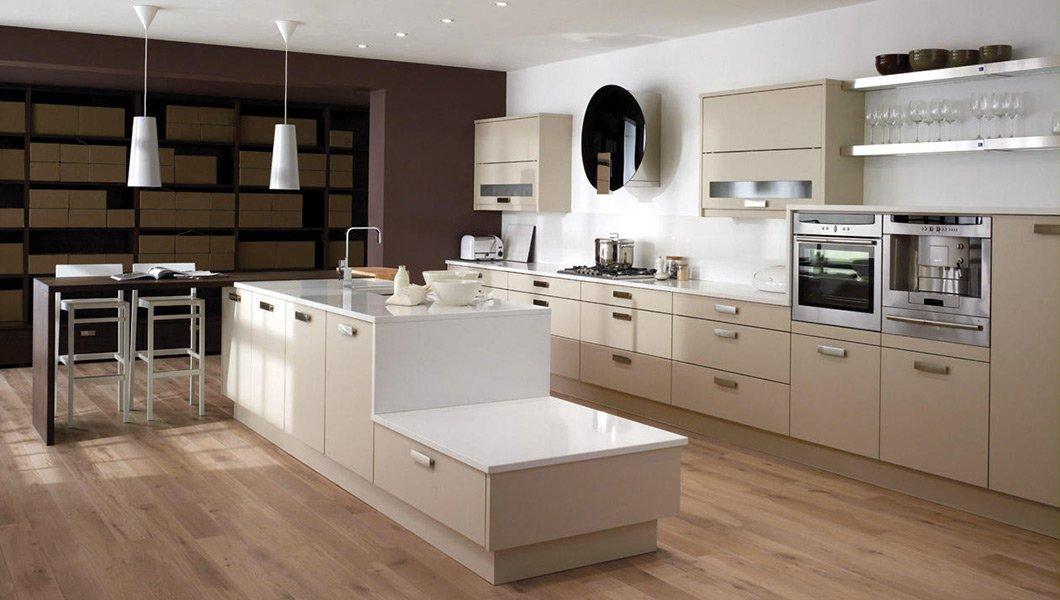 Светлые стены на кухне с мебелью цвета капучино