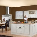 Стены цвета капучино в сочетании с бежевым потолком на кухне