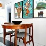 Деревянные стулья и стол на кухне