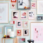 Розовые рамки на голубой стене