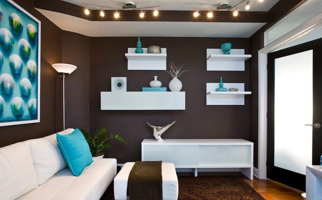 Белые полки на стене шоколадного цвета