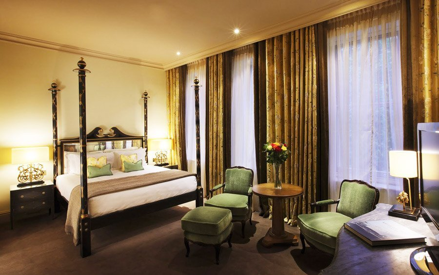 Золотой текстиль в спальне
