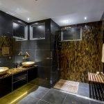 Позолоченные элементы в ванной комнате