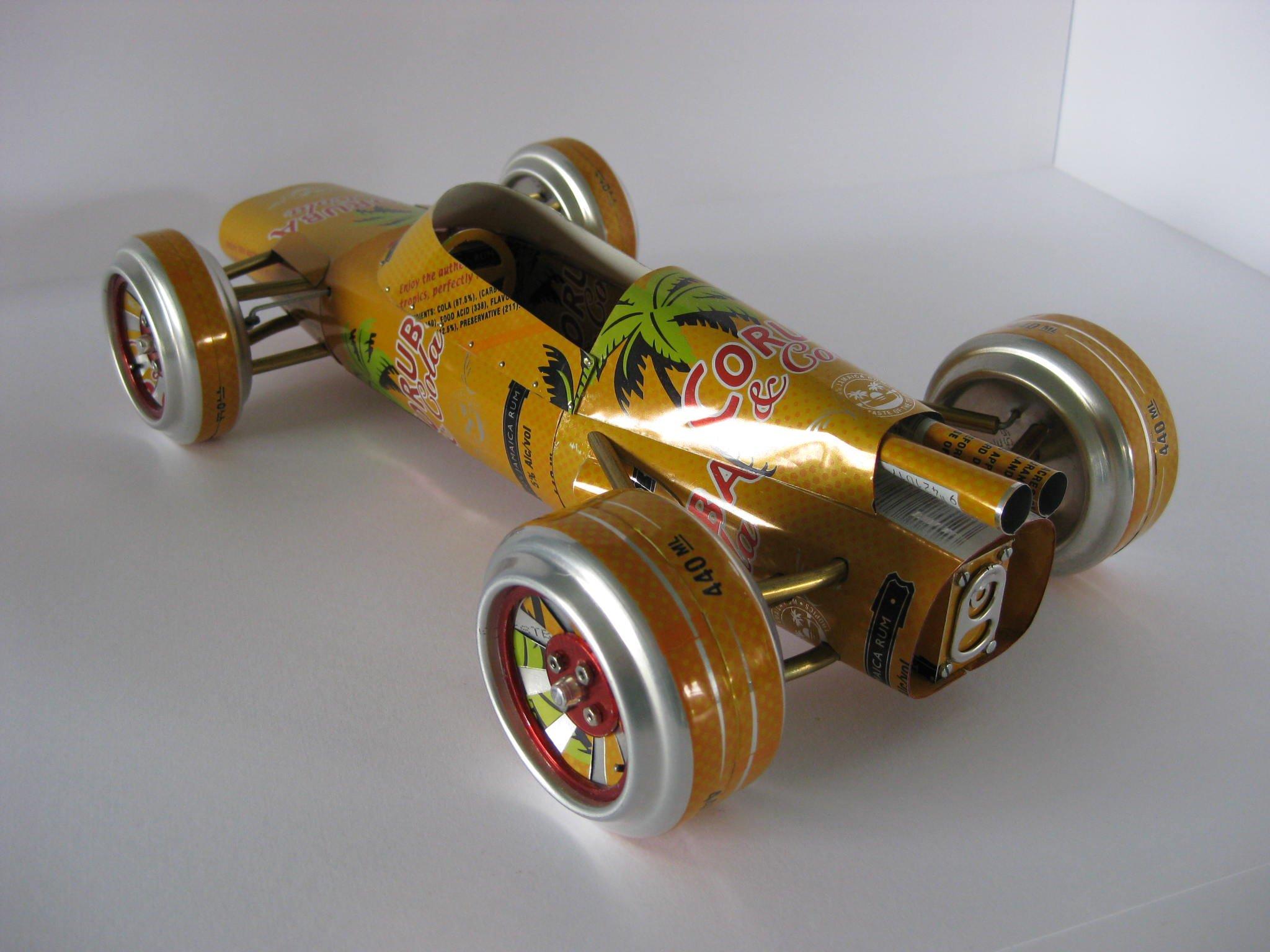 Автомобиль из металлических банок
