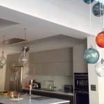 Цветные люстры на кухне