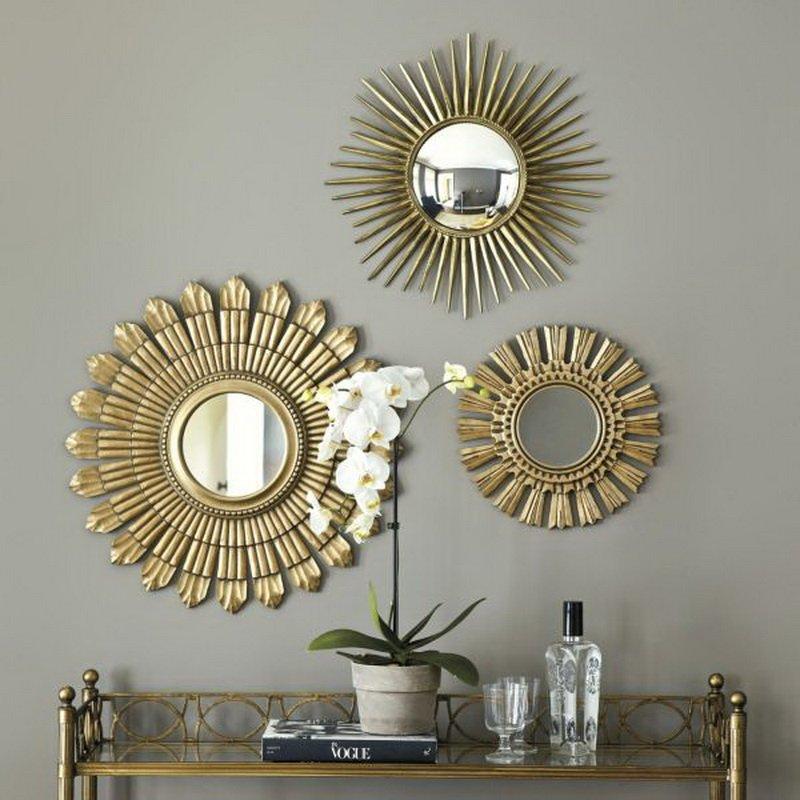 Зеркалам в оригинальной оправе на стене