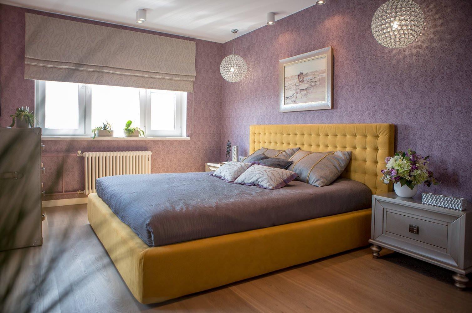 Желтая кровать в фиолетовом интерьере