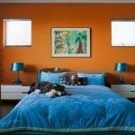 Синие лампы в оранжевой спальне