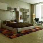 Кровать с коричневым покрывалом
