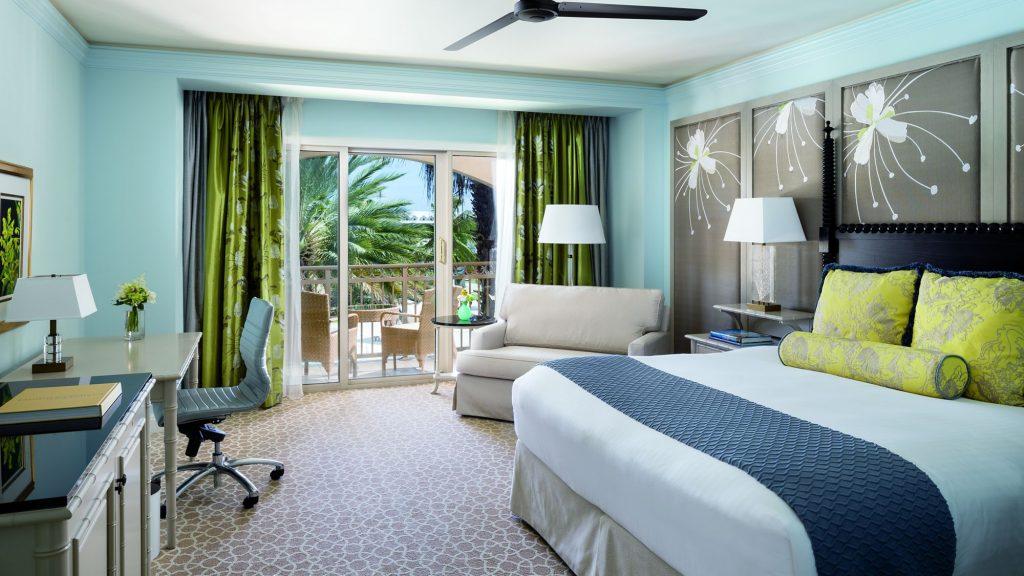 Комната для гостей с балконом и большой кроватью