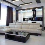 Белая плитка на полу