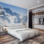 Дизайн спальни в светлых тонах с фотообоями голубого цвета